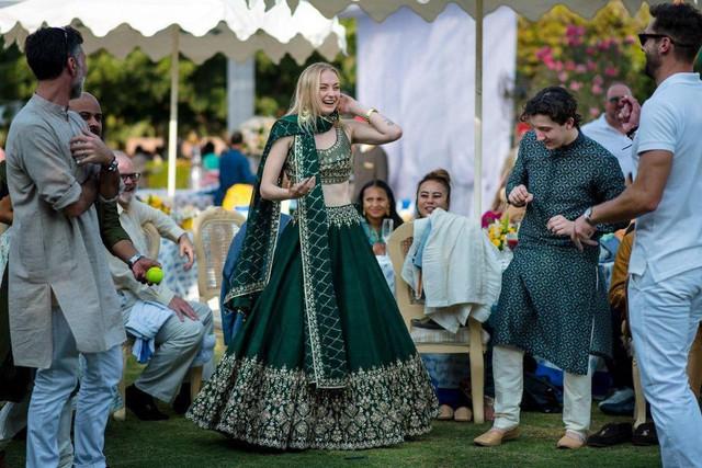 Anita Dongre: Nhà thiết kế trao quyền cho phụ nữ nơi làng quê để cùng đưa đế chế thời trang Ấn Độ ra toàn cầu - Ảnh 2.