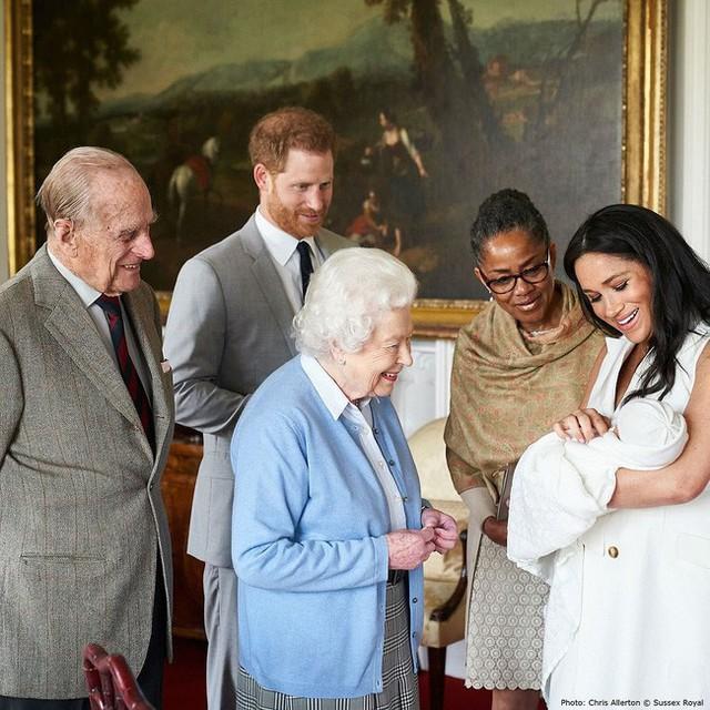 Vợ chồng Hoàng tử Harry chính thức công bố tên con trai mới sinh, nằm ngoài dự đoán của tất cả mọi người - Ảnh 1.