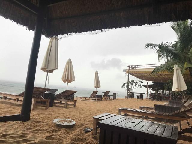 Khách du lịch đứng hình khi thấy dòng nước đen ngòm tràn thẳng từ cống ra biển Phú Quốc - Ảnh 2.