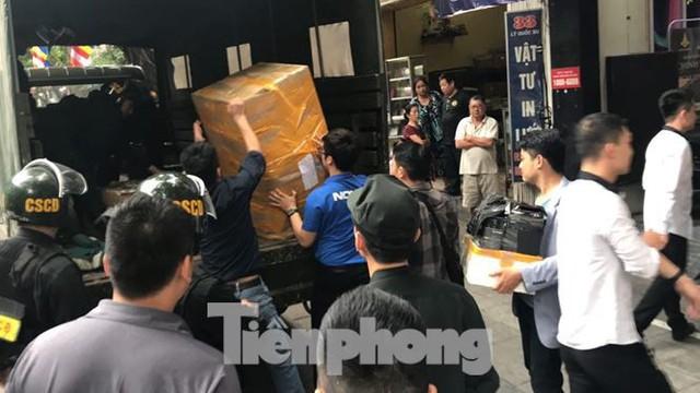 Bộ Công an khám xét chuỗi cửa hàng Nhật Cường mobile - Ảnh 12.