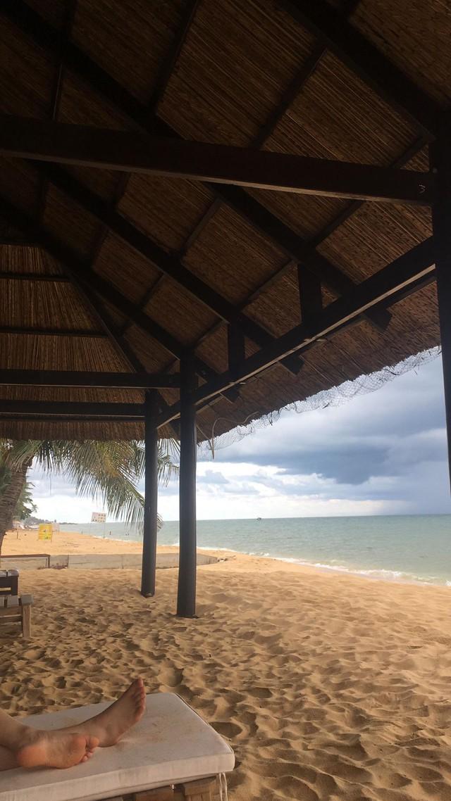 Khách du lịch đứng hình khi thấy dòng nước đen ngòm tràn thẳng từ cống ra biển Phú Quốc - Ảnh 4.