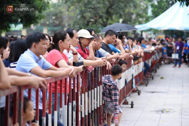 Nóng: Vỡ trận trước cổng trường ĐH Ngoại Ngữ, hàng nghìn phụ huynh chen chúc gọi Con ơi, mẹ đây, bố đây gây náo loạn - Ảnh 6.