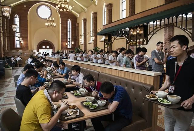 Đại bản doanh của Huawei ở Trung Quốc đẹp tựa châu Âu thu nhỏ, nhân viên đi làm mà cứ như đi nghỉ dưỡng - Ảnh 12.