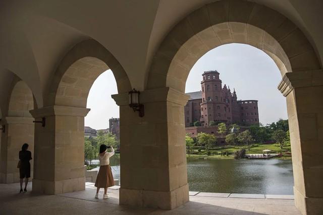 Đại bản doanh của Huawei ở Trung Quốc đẹp tựa châu Âu thu nhỏ, nhân viên đi làm mà cứ như đi nghỉ dưỡng - Ảnh 17.