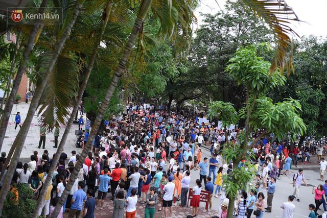 Nóng: Vỡ trận trước cổng trường ĐH Ngoại Ngữ, hàng nghìn phụ huynh chen chúc gọi Con ơi, mẹ đây, bố đây gây náo loạn - Ảnh 7.