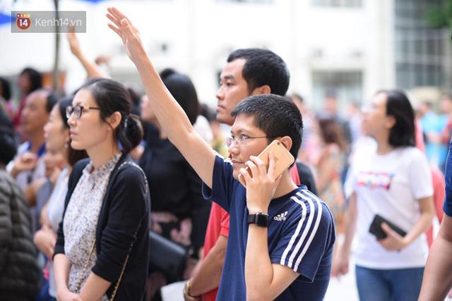 Nóng: Vỡ trận trước cổng trường ĐH Ngoại Ngữ, hàng nghìn phụ huynh chen chúc gọi Con ơi, mẹ đây, bố đây gây náo loạn - Ảnh 8.