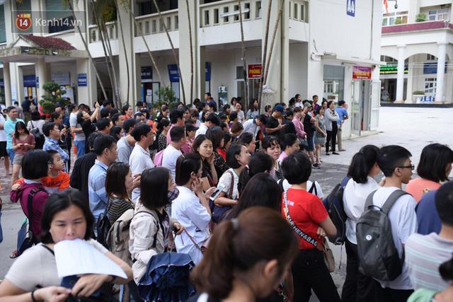 Nóng: Vỡ trận trước cổng trường ĐH Ngoại Ngữ, hàng nghìn phụ huynh chen chúc gọi Con ơi, mẹ đây, bố đây gây náo loạn - Ảnh 9.