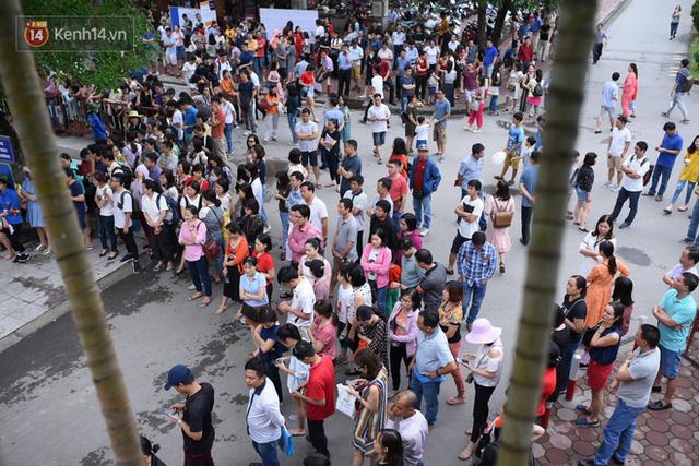 Nóng: Vỡ trận trước cổng trường ĐH Ngoại Ngữ, hàng nghìn phụ huynh chen chúc gọi Con ơi, mẹ đây, bố đây gây náo loạn - Ảnh 11.