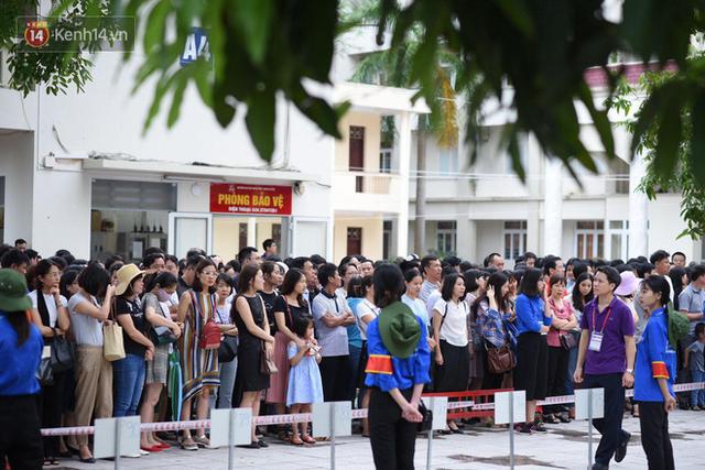Nóng: Vỡ trận trước cổng trường ĐH Ngoại Ngữ, hàng nghìn phụ huynh chen chúc gọi Con ơi, mẹ đây, bố đây gây náo loạn - Ảnh 12.