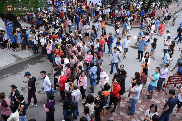 Nóng: Vỡ trận trước cổng trường ĐH Ngoại Ngữ, hàng nghìn phụ huynh chen chúc gọi Con ơi, mẹ đây, bố đây gây náo loạn - Ảnh 13.