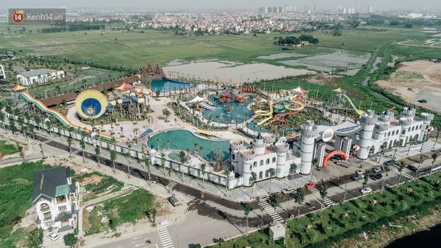 Người dân Hà Nội thích thú trải nghiệm công viên nước hiện đại nhất Thủ đô trong ngày đầu mở cửa - Ảnh 1.