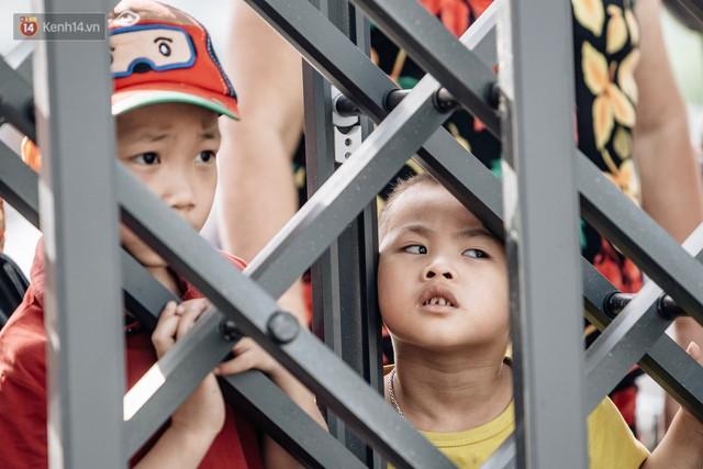Người dân Hà Nội thích thú trải nghiệm công viên nước hiện đại nhất Thủ đô trong ngày đầu mở cửa - Ảnh 9.