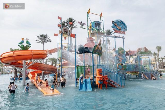 Người dân Hà Nội thích thú trải nghiệm công viên nước hiện đại nhất Thủ đô trong ngày đầu mở cửa - Ảnh 18.