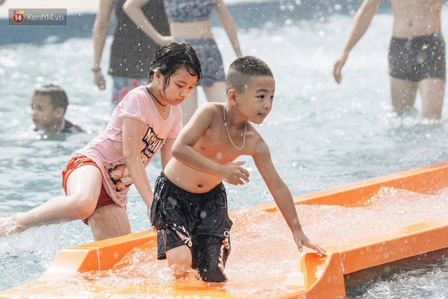 Người dân Hà Nội thích thú trải nghiệm công viên nước hiện đại nhất Thủ đô trong ngày đầu mở cửa - Ảnh 19.