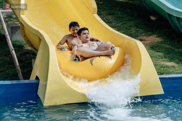 Người dân Hà Nội thích thú trải nghiệm công viên nước hiện đại nhất Thủ đô trong ngày đầu mở cửa - Ảnh 28.