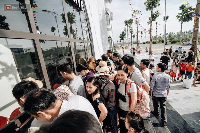 Người dân Hà Nội thích thú trải nghiệm công viên nước hiện đại nhất Thủ đô trong ngày đầu mở cửa - Ảnh 6.