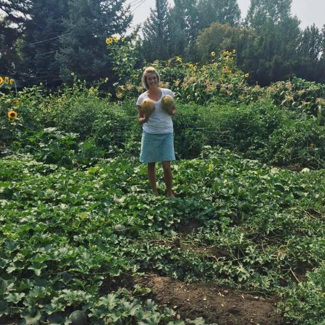 Cuộc sống vô cùng yên bình của cặp vợ chồng cùng 4 con trai bên khu vườn đầy hoa và rau - Ảnh 10.