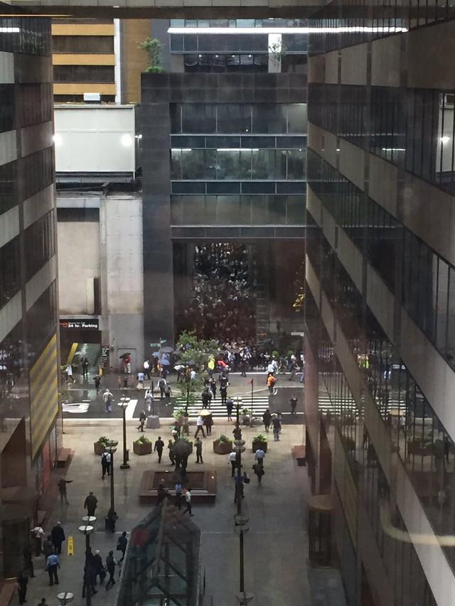 Người New York lo sợ Bóng ma khủng bố 11/9 khi trực thăng đâm vào nhà cao tầng - Ảnh 4.