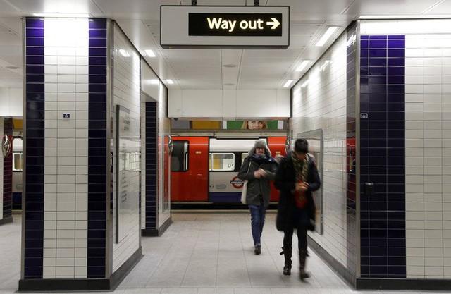 Thanh niên đi rút tiền từ ví bitcoin, cây ATM nhả tiền như lá rụng giữa con phố đông người tại London, Anh - Ảnh 2.