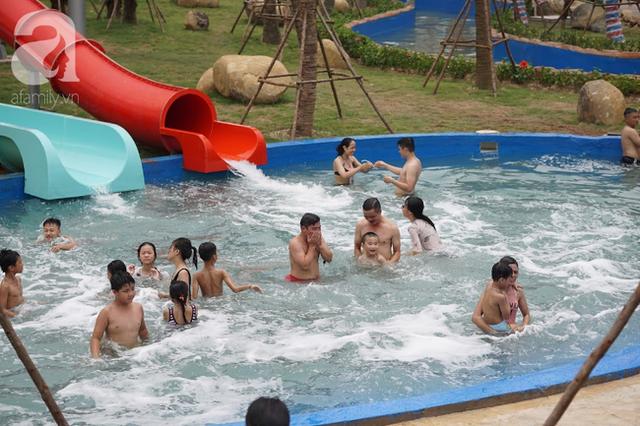 Mới khai trương hơn 1 ngày, công viên nước lớn nhất Thủ đô đã đục ngầu như ao, rác nổi lềnh phềnh bể bơi - Ảnh 1.