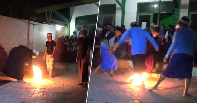 Đá bóng thường chưa đủ đã, học sinh Indonesia còn có cả phong tục đá lửa - Ảnh 1.
