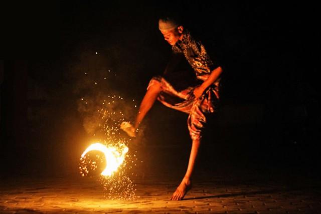 Đá bóng thường chưa đủ đã, học sinh Indonesia còn có cả phong tục đá lửa - Ảnh 3.