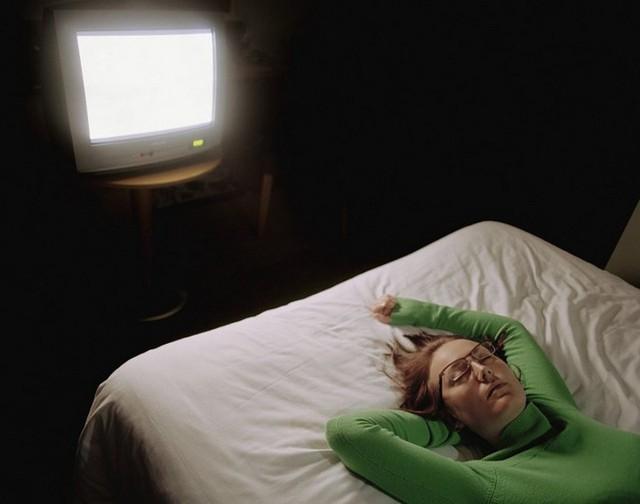 Nghiên cứu: Vừa ngủ vừa bật đèn hoặc vừa ngủ vừa bật TV dễ dẫn tới béo phì - Ảnh 2.
