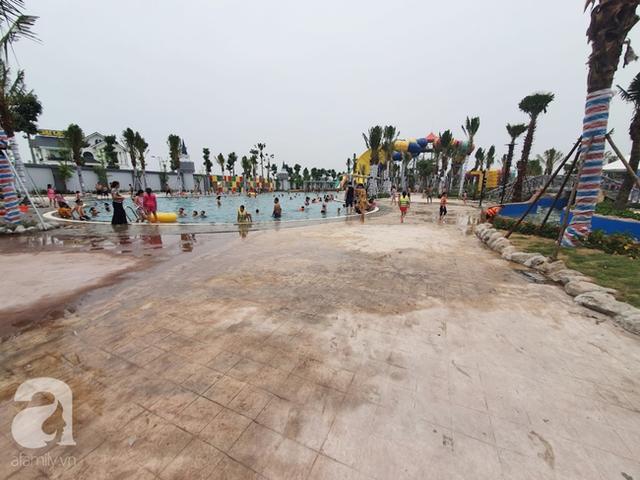 Mới khai trương hơn 1 ngày, công viên nước lớn nhất Thủ đô đã đục ngầu như ao, rác nổi lềnh phềnh bể bơi - Ảnh 11.