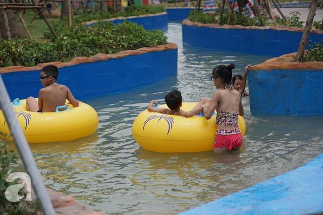 Mới khai trương hơn 1 ngày, công viên nước lớn nhất Thủ đô đã đục ngầu như ao, rác nổi lềnh phềnh bể bơi - Ảnh 12.
