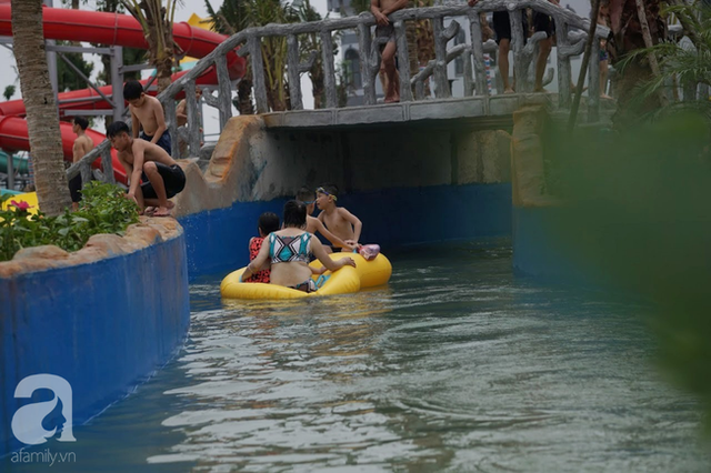 Mới khai trương hơn 1 ngày, công viên nước lớn nhất Thủ đô đã đục ngầu như ao, rác nổi lềnh phềnh bể bơi - Ảnh 13.