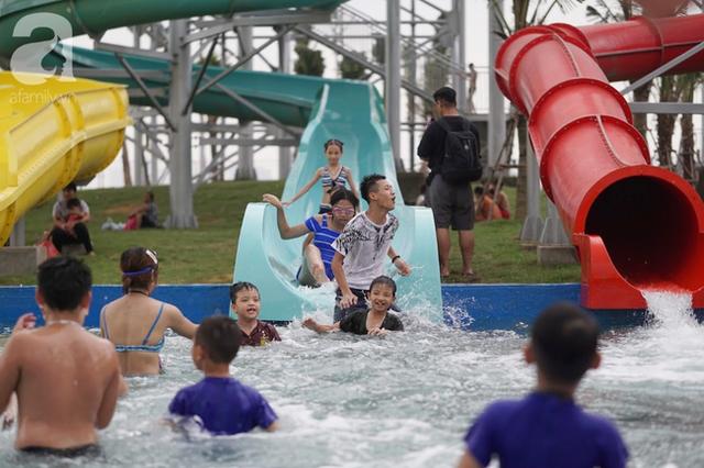 Mới khai trương hơn 1 ngày, công viên nước lớn nhất Thủ đô đã đục ngầu như ao, rác nổi lềnh phềnh bể bơi - Ảnh 15.
