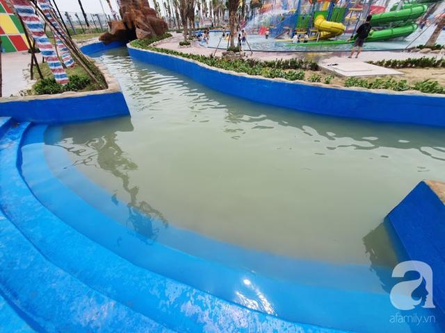 Mới khai trương hơn 1 ngày, công viên nước lớn nhất Thủ đô đã đục ngầu như ao, rác nổi lềnh phềnh bể bơi - Ảnh 5.