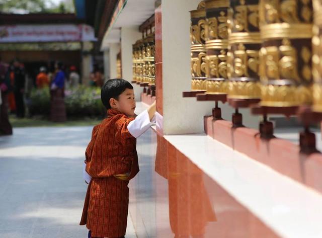 Vương quốc hạnh phúc Bhutan công bố hình ảnh mới nhất của hoàng tử bé khiến nhiều người ngỡ ngàng vì thay đổi quá nhiều - Ảnh 5.