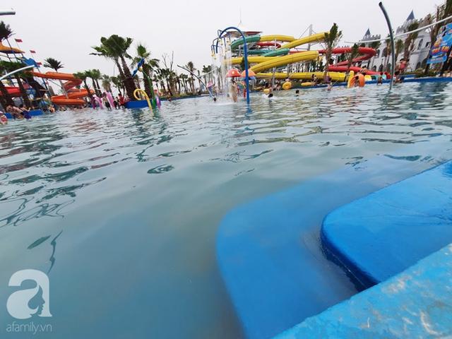 Mới khai trương hơn 1 ngày, công viên nước lớn nhất Thủ đô đã đục ngầu như ao, rác nổi lềnh phềnh bể bơi - Ảnh 7.
