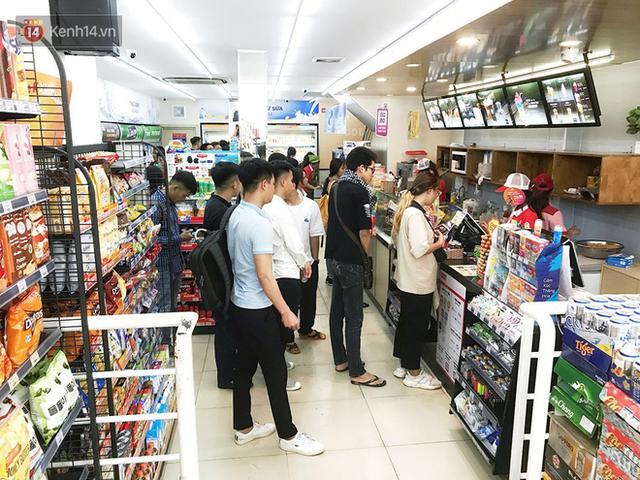 Nắng nóng đỉnh điểm 40 độ, các cửa hàng tiện lợi quá tải vì sinh viên chen chúc nhau vào ngồi điều hoà cả ngày - Ảnh 7.