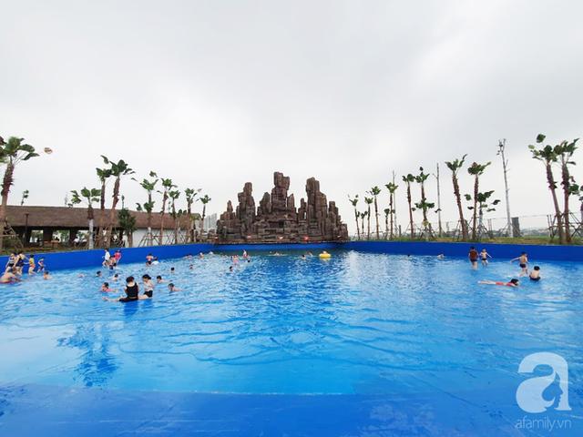 Mới khai trương hơn 1 ngày, công viên nước lớn nhất Thủ đô đã đục ngầu như ao, rác nổi lềnh phềnh bể bơi - Ảnh 8.