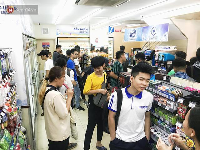 Nắng nóng đỉnh điểm 40 độ, các cửa hàng tiện lợi quá tải vì sinh viên chen chúc nhau vào ngồi điều hoà cả ngày - Ảnh 9.