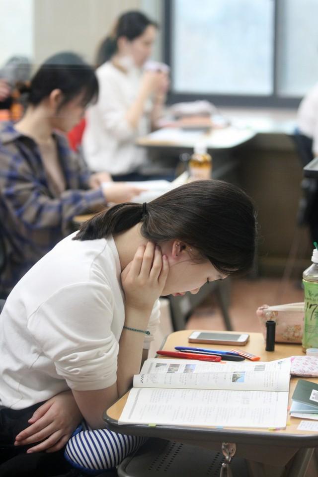 Từ chuyện thầy giáo người Mỹ không giải nổi bài toán thi đại học Trung Quốc đến những kì thi khó nhằn bậc nhất ở châu Á - Ảnh 5.