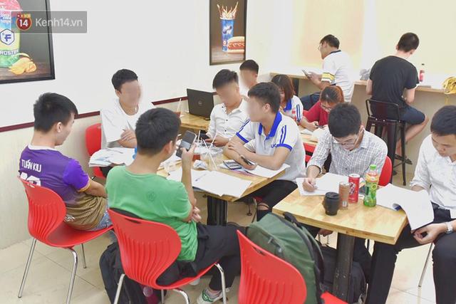 Hình ảnh xấu xí của sinh viên tại các cửa hàng tiện lợi mùa nóng: Chen chúc nhau ngồi lỳ từ sáng đến khuya, xả rất nhiều rác thải nhựa - Ảnh 4.