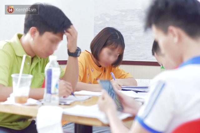 Hình ảnh xấu xí của sinh viên tại các cửa hàng tiện lợi mùa nóng: Chen chúc nhau ngồi lỳ từ sáng đến khuya, xả rất nhiều rác thải nhựa - Ảnh 6.