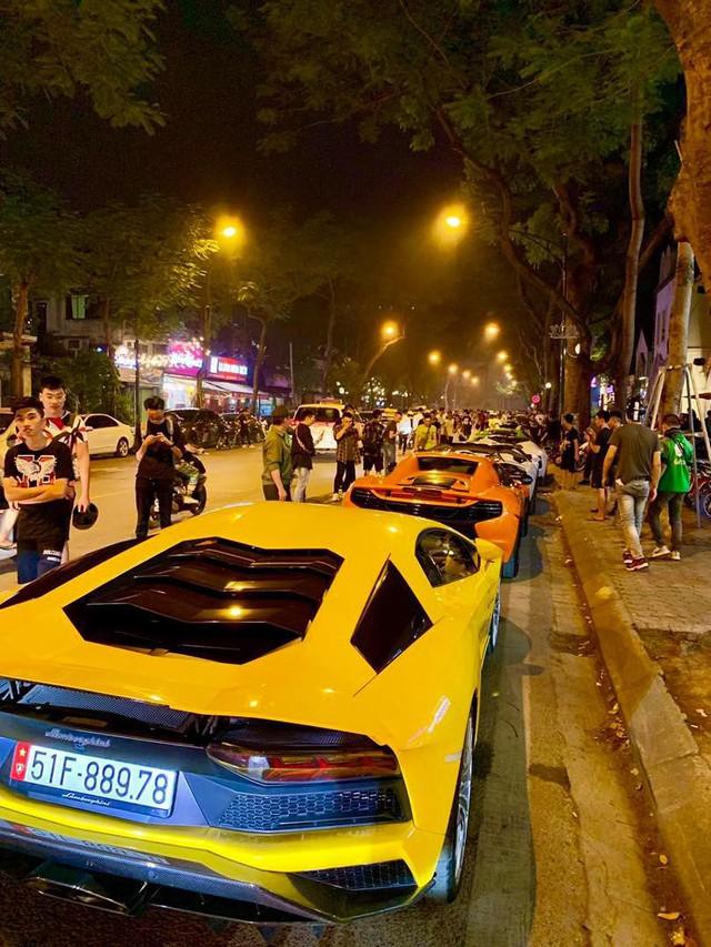 Clip: Dàn siêu xe hơn 300 tỷ rầm rộ tụ họp trên đường phố Hà Nội, Cường Đô La và vợ cũng xuất hiện với chiếc Audi R8V10 - Ảnh 1.