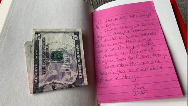 Nhận được 5 đô cùng tờ giấy nhắn kẹp trong sách từ một người lạ, cuộc sống của cô gái trẻ thay đổi hoàn toàn nhờ thông điệp ý nghĩa bên trong - Ảnh 1.