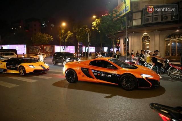 Clip: Dàn siêu xe hơn 300 tỷ rầm rộ tụ họp trên đường phố Hà Nội, Cường Đô La và vợ cũng xuất hiện với chiếc Audi R8V10 - Ảnh 16.