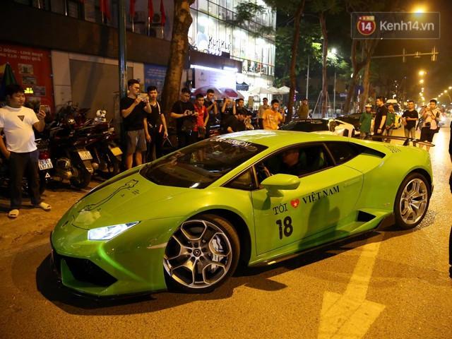 Clip: Dàn siêu xe hơn 300 tỷ rầm rộ tụ họp trên đường phố Hà Nội, Cường Đô La và vợ cũng xuất hiện với chiếc Audi R8V10 - Ảnh 6.
