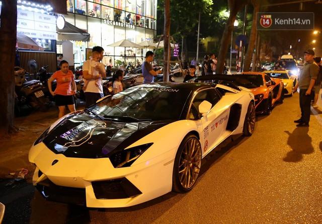 Clip: Dàn siêu xe hơn 300 tỷ rầm rộ tụ họp trên đường phố Hà Nội, Cường Đô La và vợ cũng xuất hiện với chiếc Audi R8V10 - Ảnh 9.