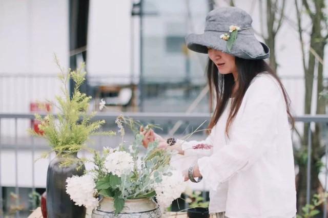 Nữ giám đốc doanh nghiệp quyết định sống cho bản thân sau 40 tuổi bằng cách nghỉ việc về quê trồng hoa - Ảnh 2.