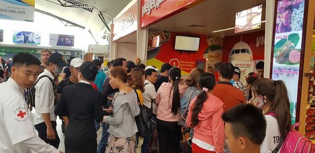 Vietjet hoãn chuyến gần 15 tiếng, hành khách bao vây quầy vé tại sân bay Đà Nẵng - Ảnh 1.