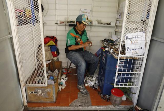 Lâm cảnh khó khăn, người dân Venezuela tích cực dùng đồ tái chế - Ảnh 1.