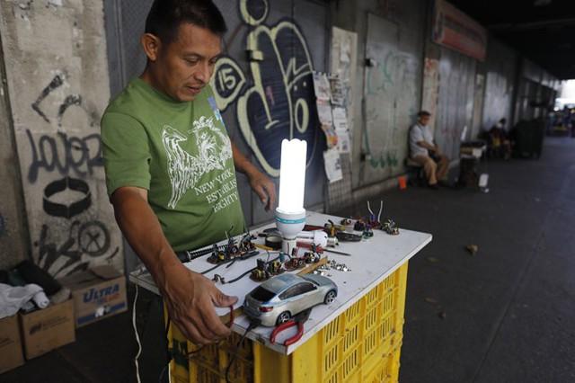 Lâm cảnh khó khăn, người dân Venezuela tích cực dùng đồ tái chế - Ảnh 3.