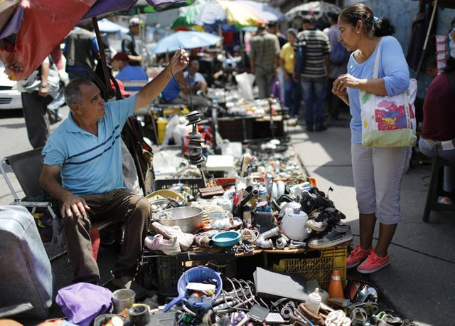 Lâm cảnh khó khăn, người dân Venezuela tích cực dùng đồ tái chế - Ảnh 4.